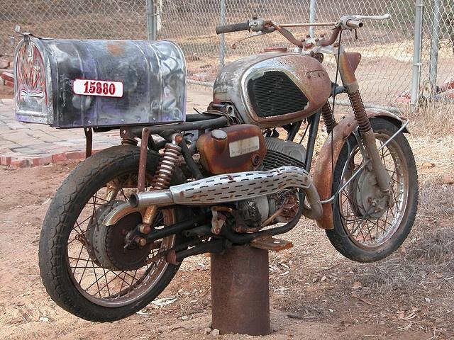 Buzón hecho con una motocicleta