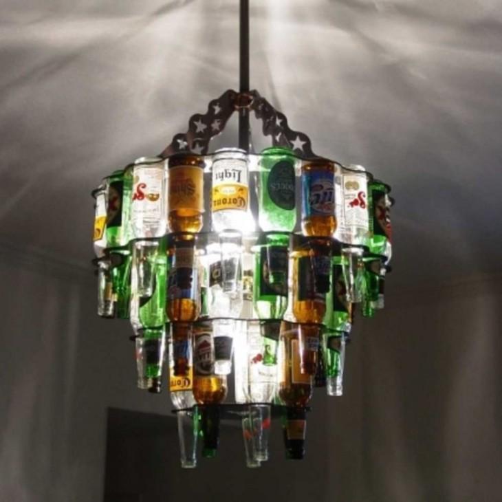Candelabro hecho con botellas de cerveza