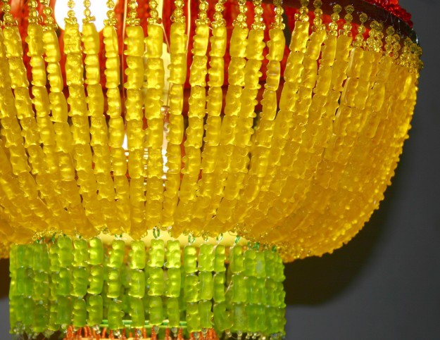 ositos de goma que conforman un candelabro