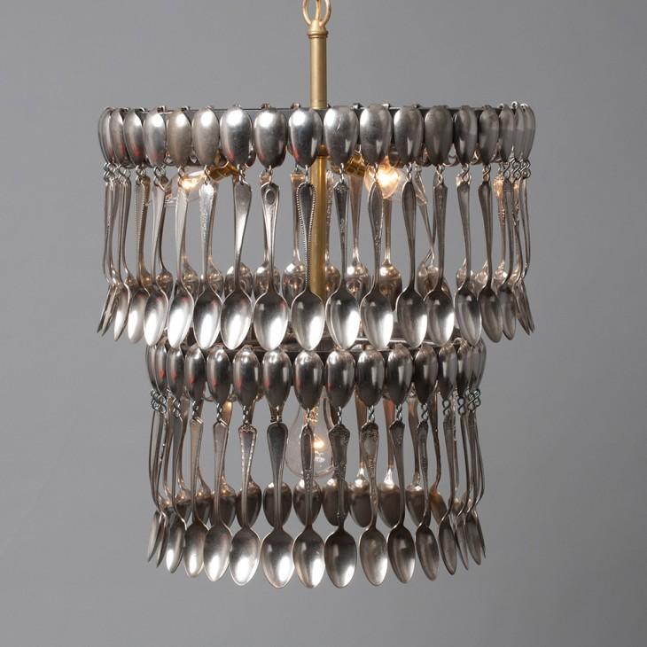 Candelabro hecho de cucharas
