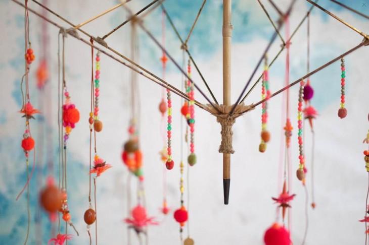 Fotografía de un candelabro hecho con la estructura de un paraguas