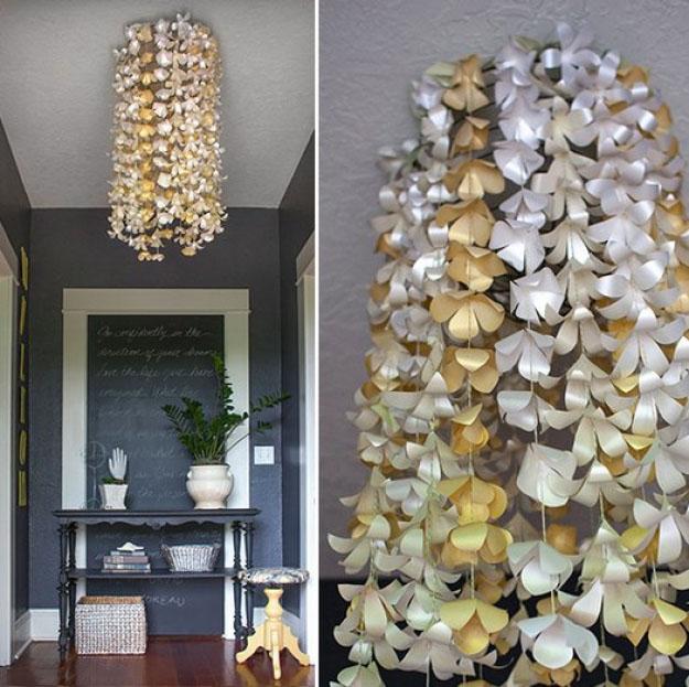 Candelabro hecho con flores de papel