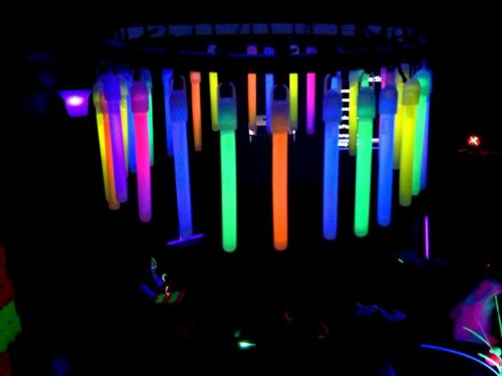 Candelabro hecho con palillos luminosos