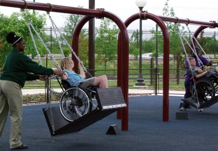 Baloiços para as pessoas em cadeiras de rodas