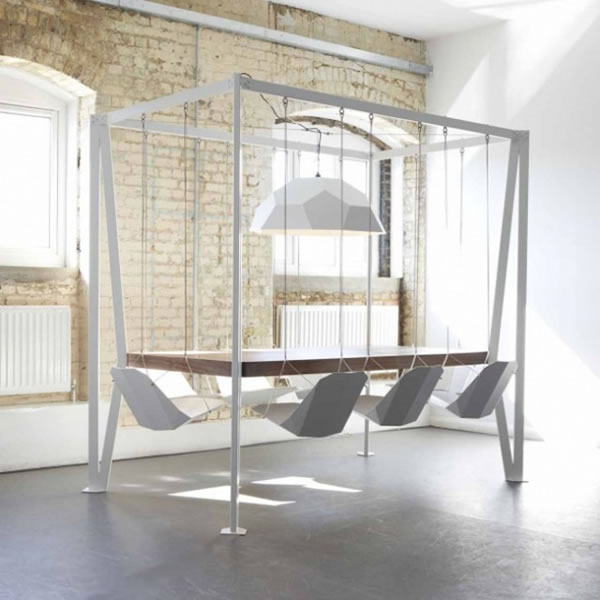 Mesa de reuniones con columpios en vez de sillas
