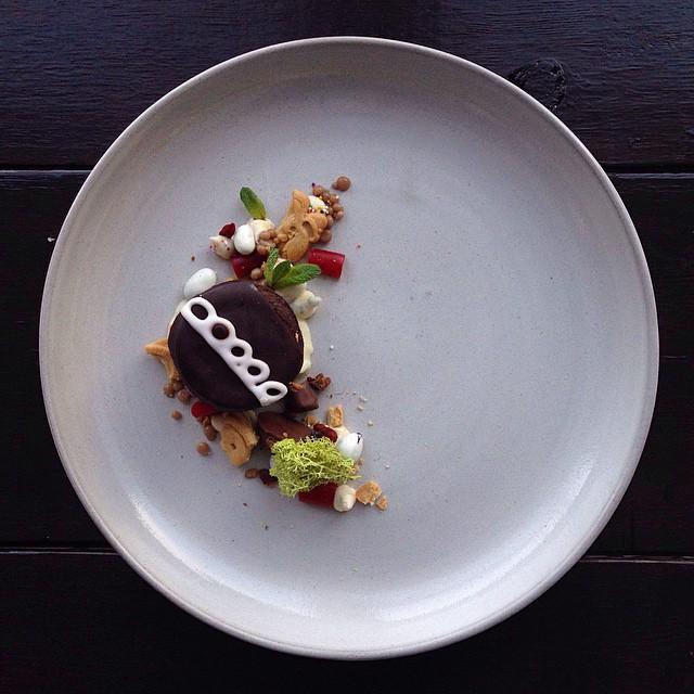 Pastelillo en forma de arcoiris, yogurt con pasas con algunos mocha nibz y strbucks frap caviar. Pequeñas mentas y un trozo de musgo de lujo