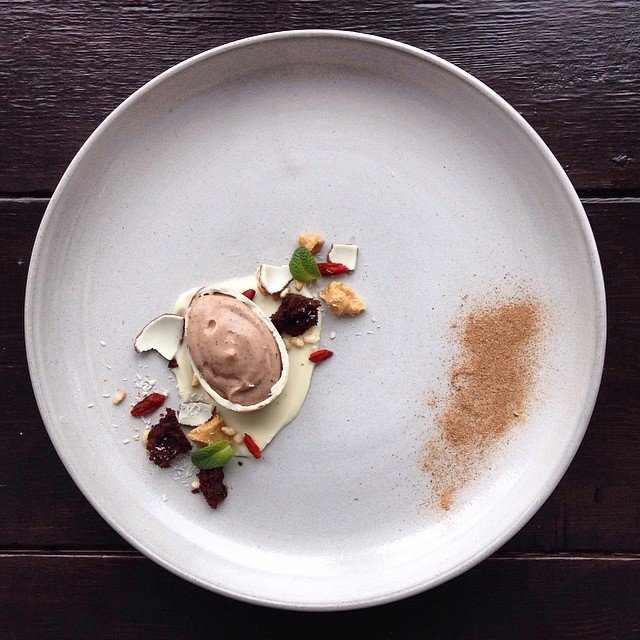 Huevo kinder sorpresa relleno con masa de tarta cruda romance con crocante de arroz socarrado, PB, Goji + polvo de mezquite