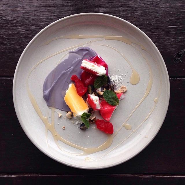 Luv Gummi dinos bros púrpura, crema de yogurt con creamsicle picado, gel y powerade