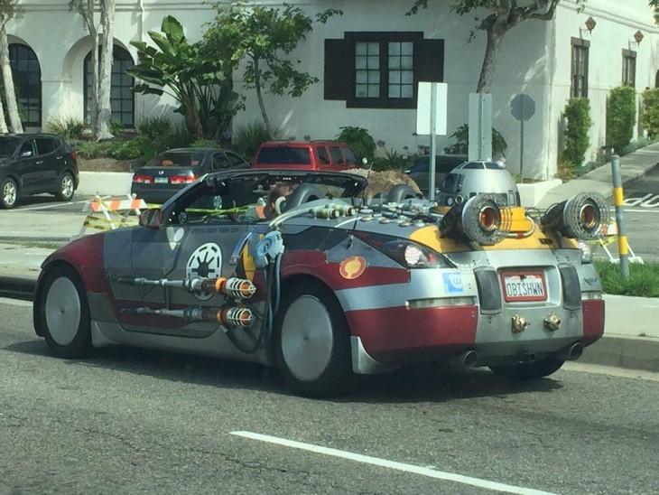 un carro que parece un cohete