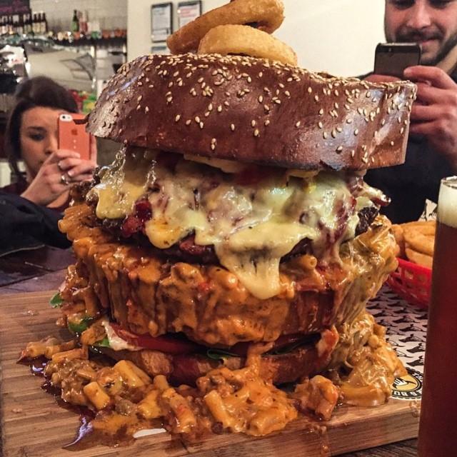 fotografía de una gran hamburguesa sobre una mesa