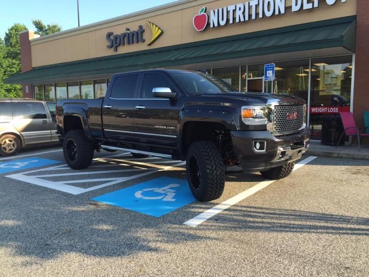 camioneta estacionada en el lugar de discapacitados