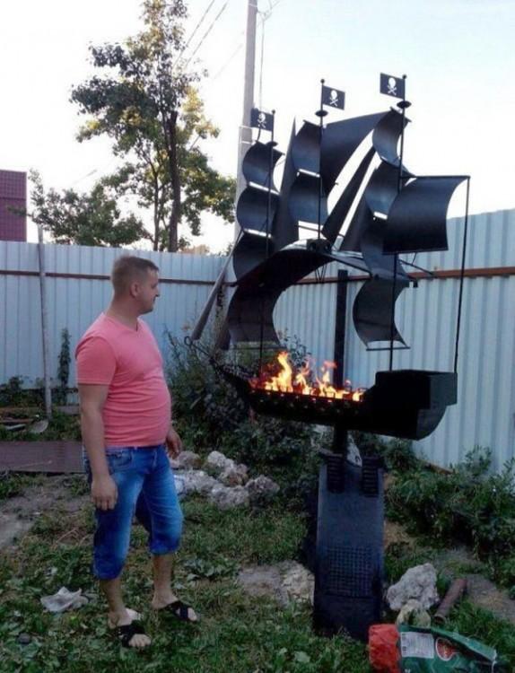 asador de carne con forma de barco pirata