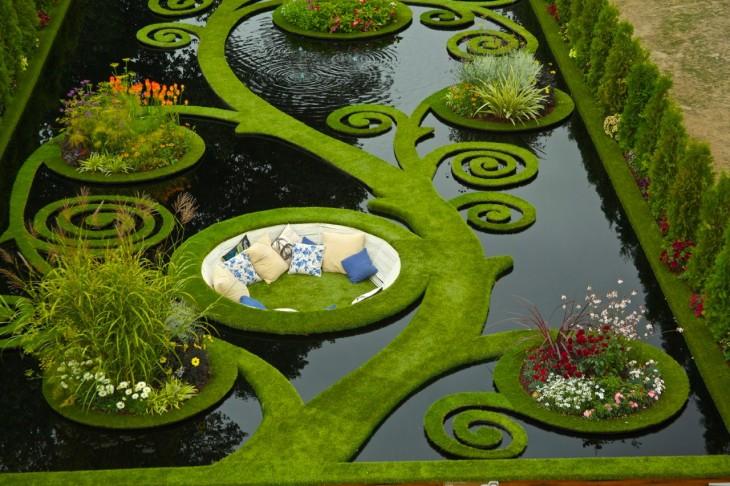 sillón en medio de un lago con muchas plantas