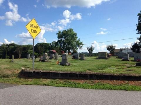 tumbas en un cementerio cercas de la carretera