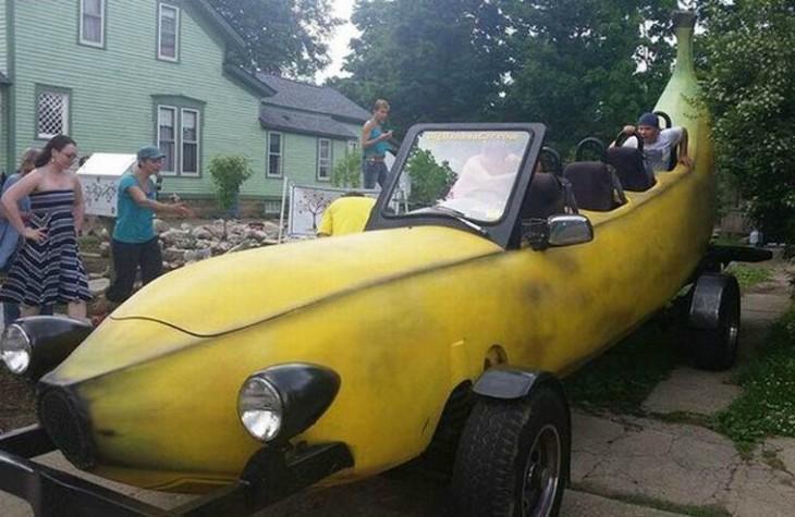 un carro en forma de plátano con una persona al final
