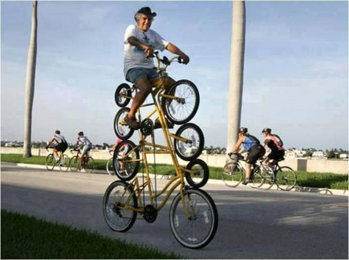 hombre encima de 4 bicicletas juntas