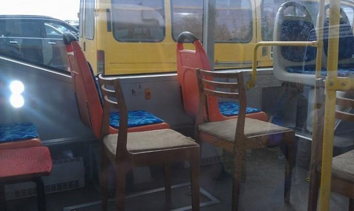 sillas a un costado de los asientos en un camión