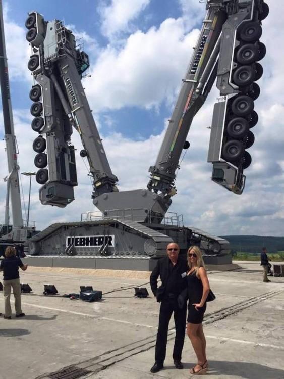 fotografía de dos personas frente a una maquina que parece un transformer