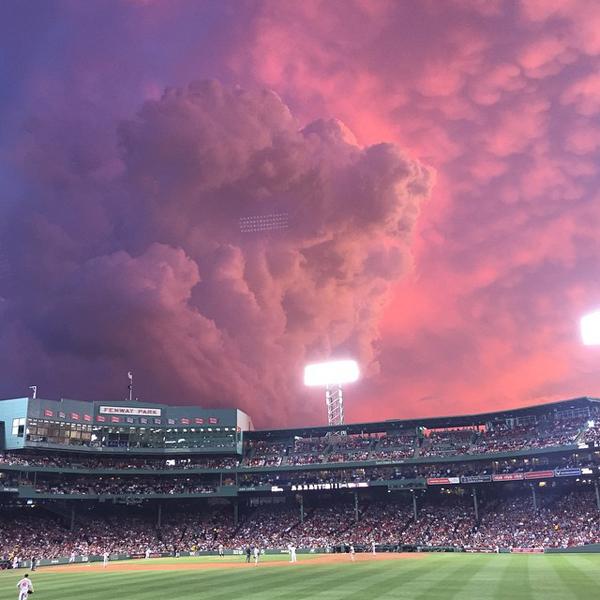 una gran figura de nubes sobre el estadio de un juego de beisbol