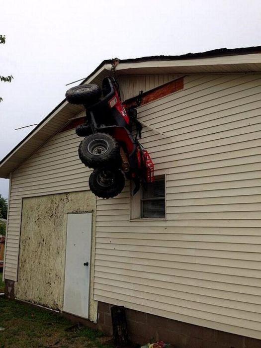 una cuatri moto colgada de una casa