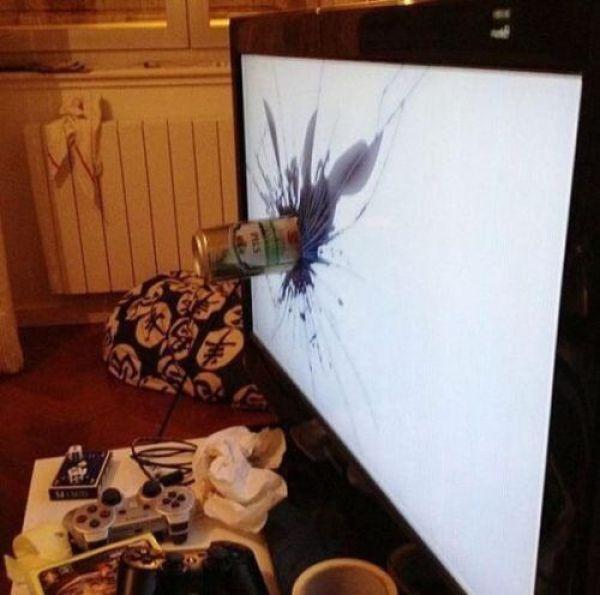 una lata de refresco estrellada en una pantalla de tv