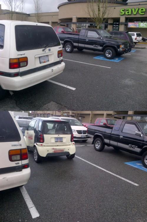 Carros estacionados afuera de un centro comercial