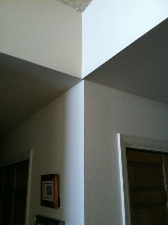 Pared y techo desalineados de una casa