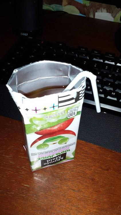 Jugo de manzana en su caja abierto al revés