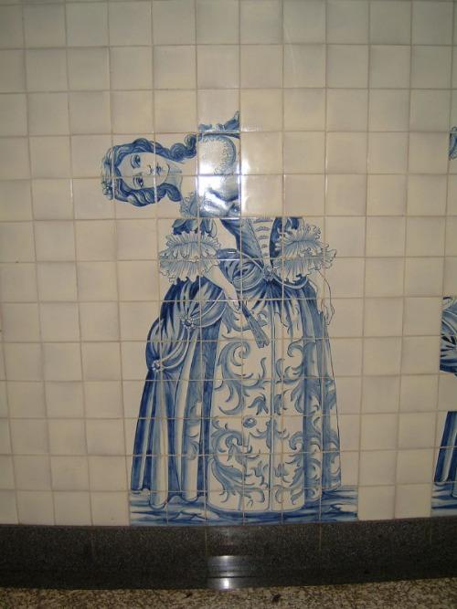 Azulejos con el diseño de una mujer con la parte superior ladeada