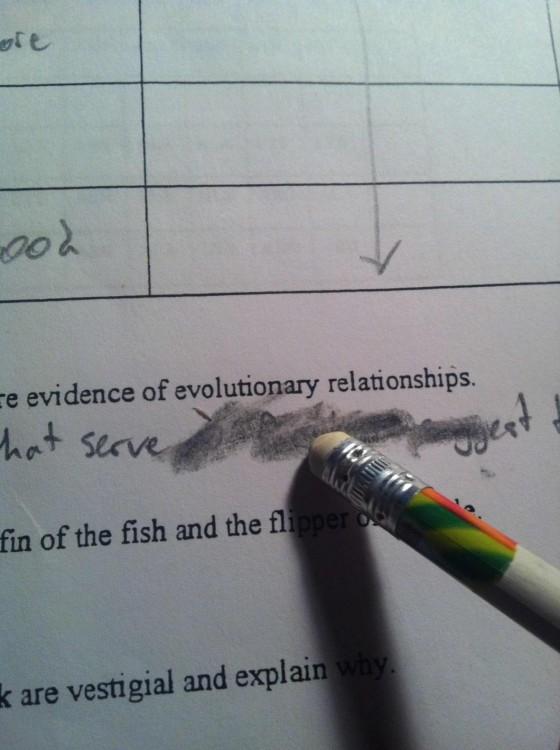 Borrador de lápiz manchando la hoja en un examen