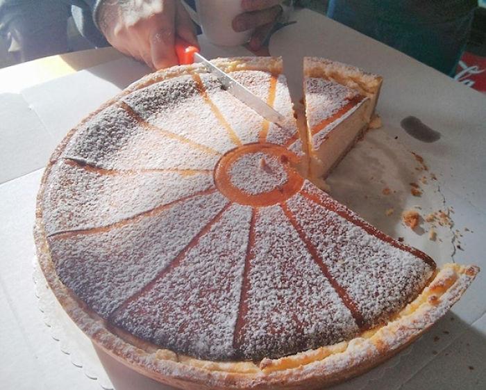 Persona partiendo un pastel de manera equivocada