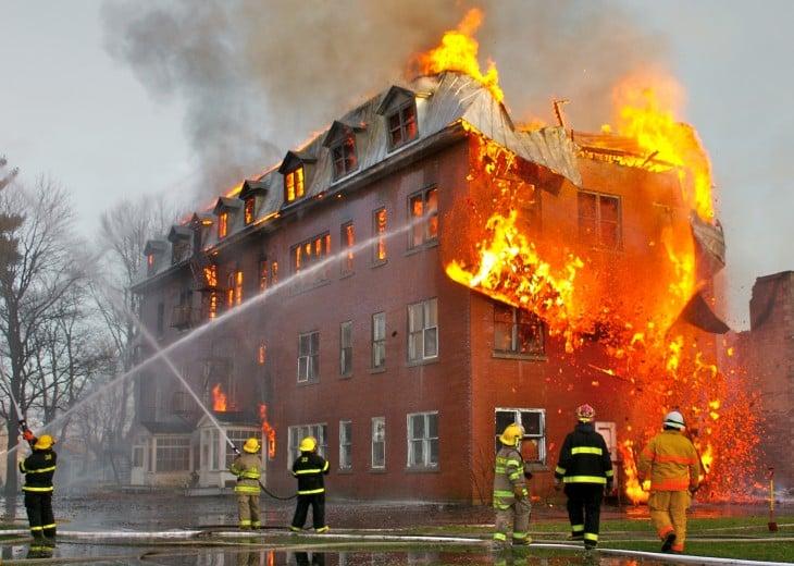 bomberos intentando apagar el fuego en una casa