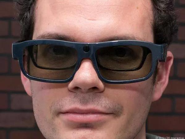 Cara de um homem com uma lente de contato óculos 3D mais