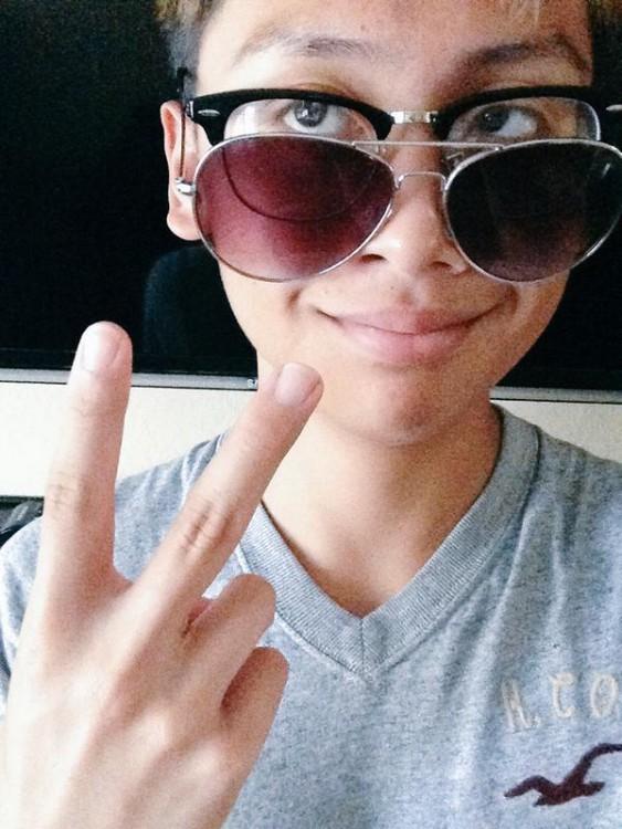 Chico con lentes graduados y unos lentes de sol encima