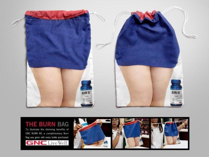 Bolsa de burn GNC con el diseño de unas piernas de mujer en falda