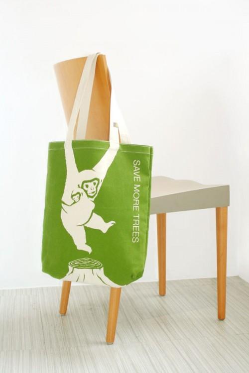 bolsa ecológica con la imagen de un chango con el letrero de salvar mas arboles