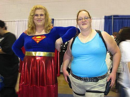 mujeres que fallaron con sus disfraces de super chica y Jill Vallentine
