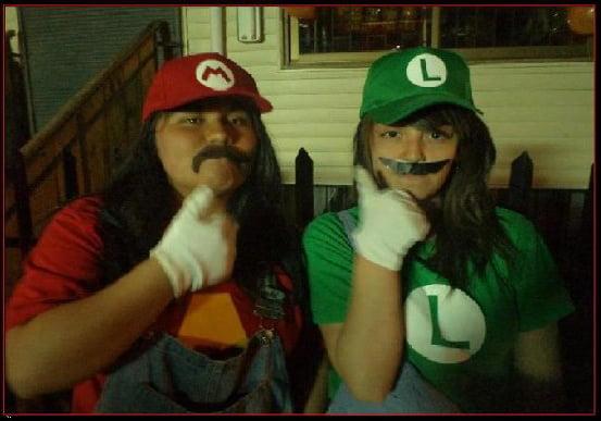 cosplay fallido de unas chicas de  Mario y Luigi