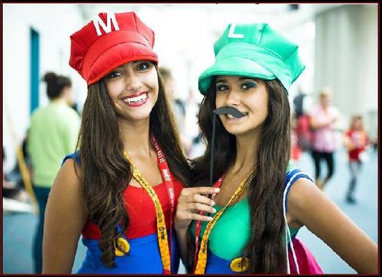 chicas disfrazadas de Mario y Luigi