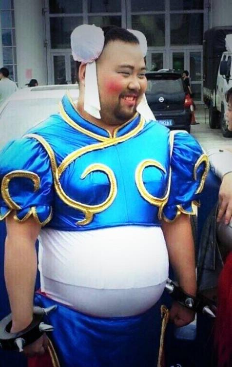 cosplay fallido de un chico como Chun Li