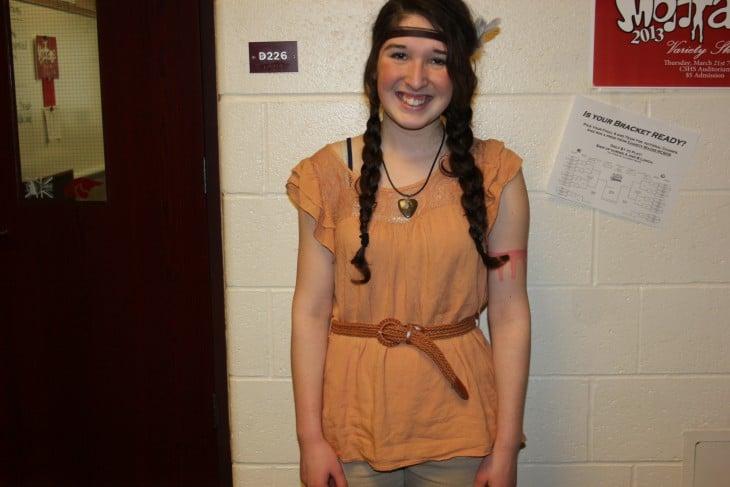 chica disfrazada de una apache
