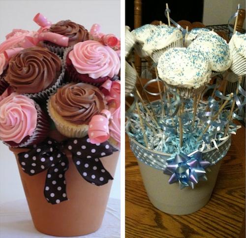 Cupcakes en forma de rosas sobre unos floreros