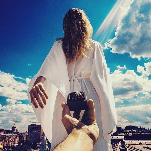 -mujer vestida con una túnica blanca a la que le ofrecen un anillo de compromiso
