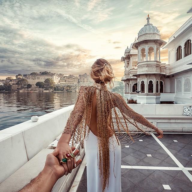 Mano del fotógrafo Osmann tomando la mano de su esposa Natalia