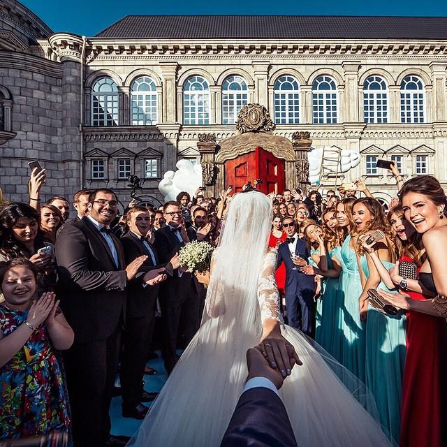 Fotógrafo Murad siguiendo a su esposa Natalia entre los invitados en su boda