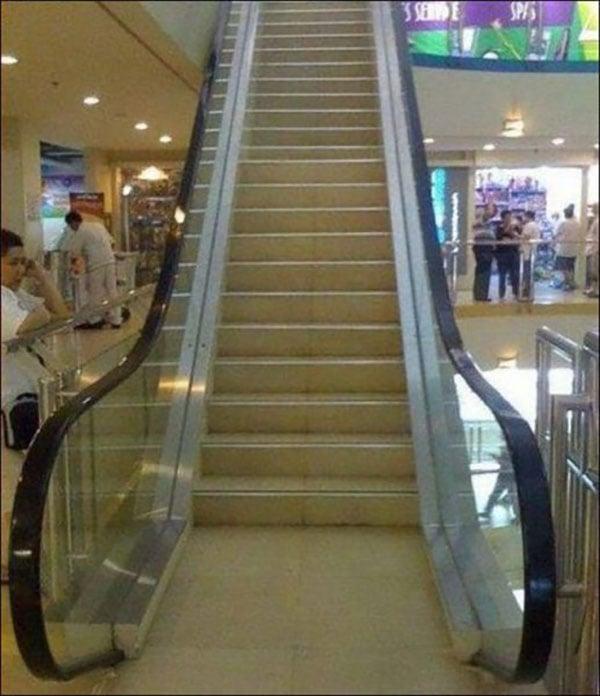 Escaleras fijas que parecen ser escaleras eléctricas