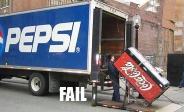 Personas subiendo un refrigerador de coca cola a un camión de Pepsi