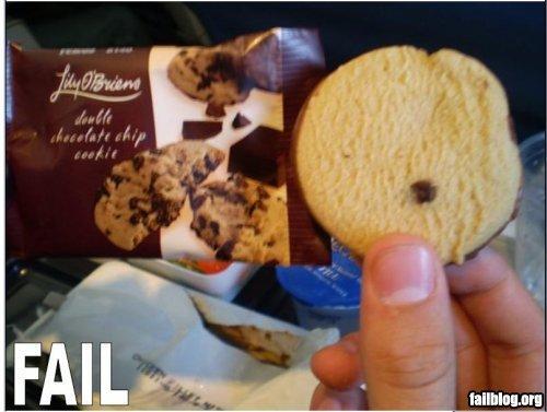 Mano sosteniendo una galleta con una sola chispa de chocolate