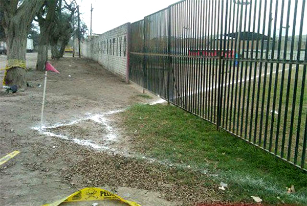 Cancha de fútbol que termina fuera de un portón