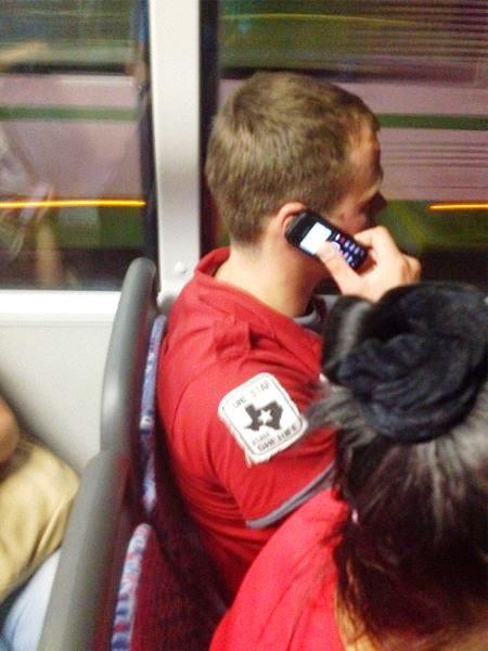 Hombre sentado en el camión con un celular en la mano sobre su oreja